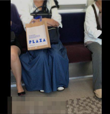 電車内パンチラ120;お姉さん、激ミニスカ、スト越しピンクパンティ02 - コピー