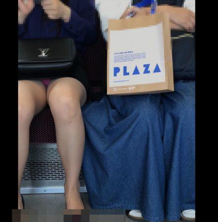 電車内パンチラ120;お姉さん、激ミニスカ、スト越しピンクパンティ03 - コピー