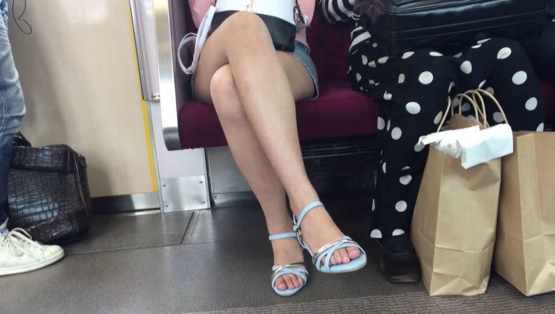 【対面パンチラ】デニムミニ白パンティは最強の組み合わせ!デルタ地帯▽クッキリ!美脚女子の電車内パンチラ!11