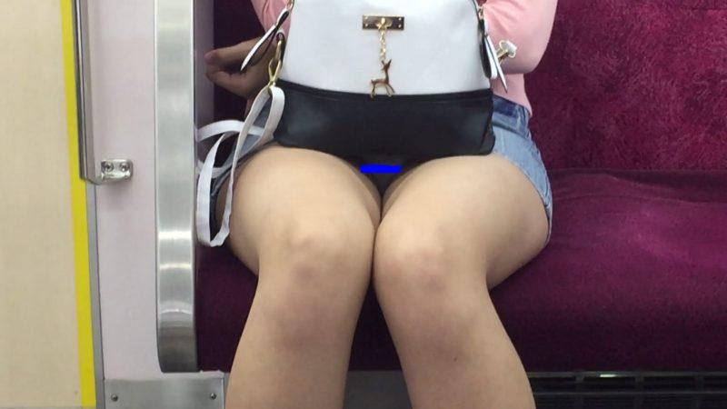 【対面パンチラ】デニムミニ白パンティは最強の組み合わせ!デルタ地帯▽クッキリ!美脚女子の電車内パンチラ!2