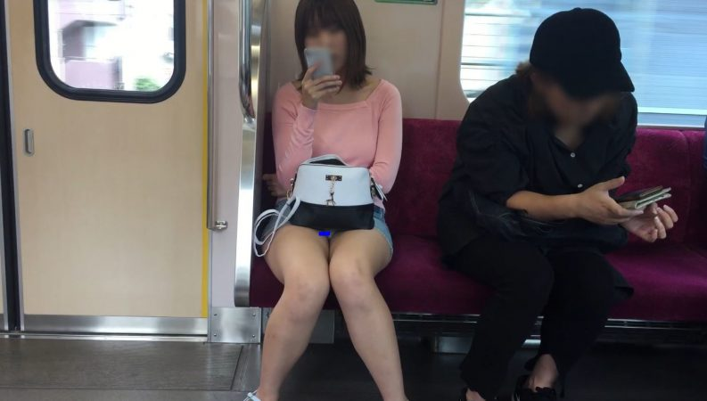【対面パンチラ】デニムミニ白パンティは最強の組み合わせ!デルタ地帯▽クッキリ!美脚女子の電車内パンチラ!5