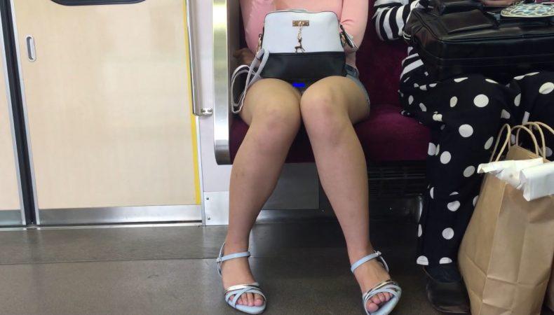【対面パンチラ】デニムミニ白パンティは最強の組み合わせ!デルタ地帯▽クッキリ!美脚女子の電車内パンチラ!7