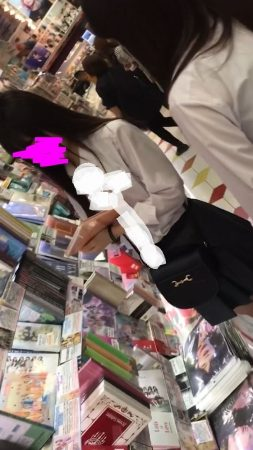 PcolleレビューGcolleパンチラわんぱく液【4k】都会のイマドキ可愛い色白細身JKのスカートを引っ張ってガッツリ逆さ撮りしたww-1